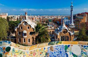 Парк Гуэль в Барселоне разноцветная мозаика фото