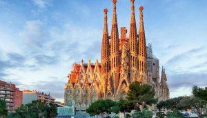 Храм Святого Семейства в Испании фото замка