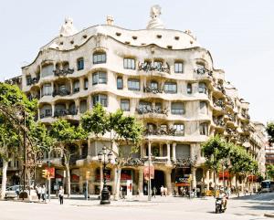 Дом Бальо и дом Мила в Испании фото