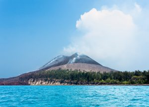 Вулкан Кракатау яркое фото