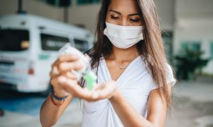 антисептики и маски, соблюдение дистанции фото