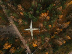Заброшенный самолет в Ленинградской области фото