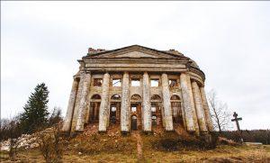 Разрушенная церковь Святой Троицы в Ленинградской области