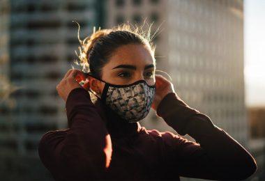 пандемия, люди в масках, как застраховаться