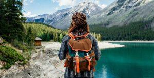путешественник с рюкзаком