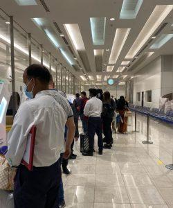 очередь для сдачи теста на коронавирус в аэропорту в Дубае 2021